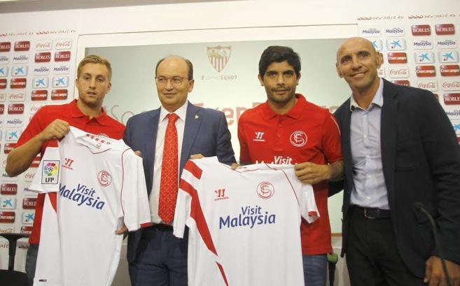 Presidente  y director deportivo del Sevilla posando con los dos...