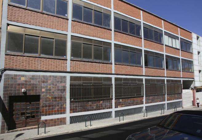 Fachada del edificio industrial 'okupado' por un grupo de...