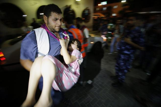 Traslado de una niña herida tras los bombardeos israelíes en Gaza...