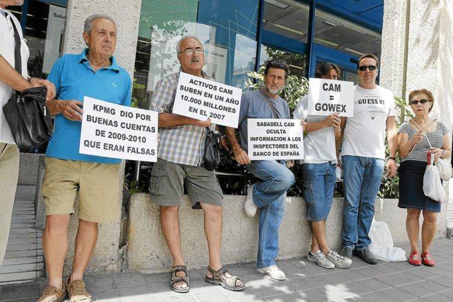 Afectado por las preferentes de la CAM en una protesta en Alicante en...