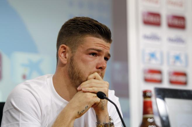 Alberto Moreno, nuevo jugador del Liverpool, llorando en su despedida...