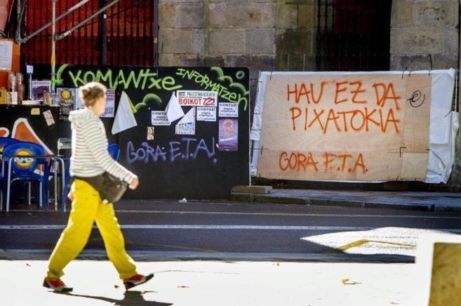 Una mujer pasa ayer ante dos pintadas de 'Gora ETA' en el...