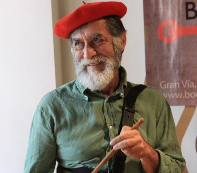 El director de teatro Ramón Barea toca el tambor tras recibir el...