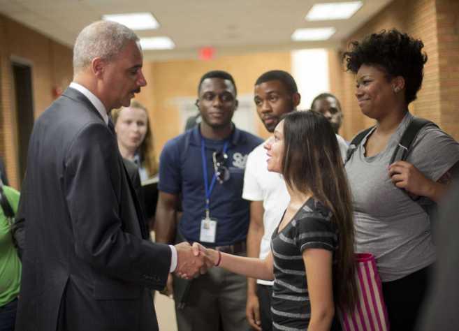El fiscal general estadounidense, Eric Holder, conversa con...