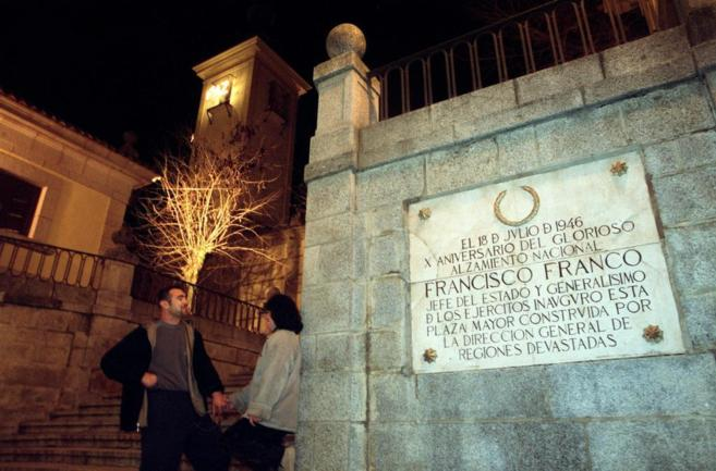 Una de las placas franquistas ubicadas en la Plaza Mayor de Brunete.