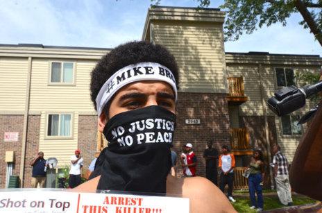 Un joven en las protestas contra la violencia policial en Ferguson