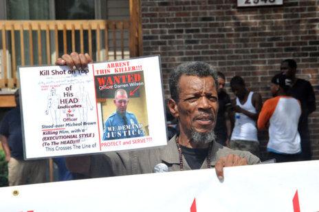 Un manifestante protesta contra el oficial Darren Wilson