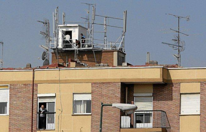 Operarios trabajando en la instalación de antenas de telefonía y...