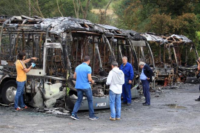 Estado en el que han quedado los cinco autobuses quemados en Loiu.