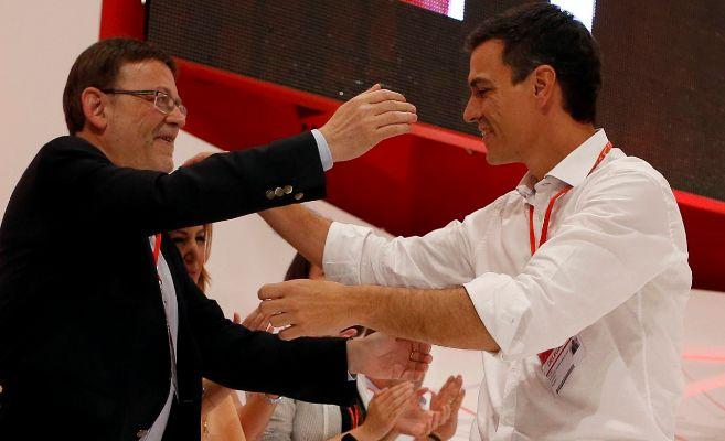 El líder socialista valenciano, Ximo Puig, con Pedro Sánchez en el...