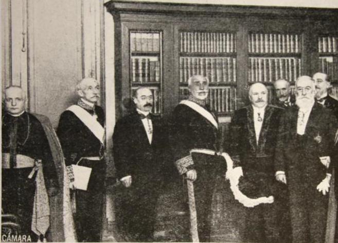 Ricardo León, en el centro con bigote, en su ingreso en la RAE (1915)