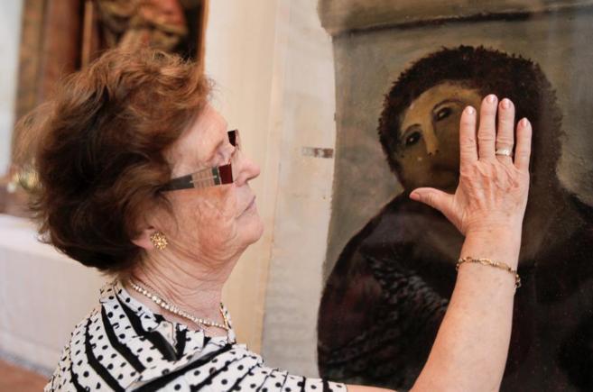 Cecilia Giménez acaricia su Ecce Homo enuno de los santurario de...