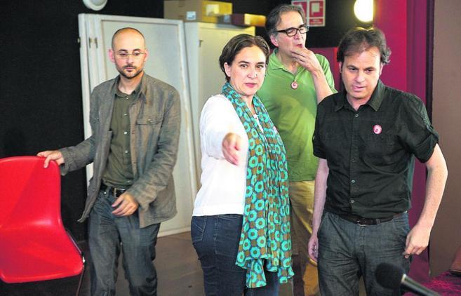Ada Colau, junto al resto de portavoces de Guanyem Barcelona, durante...