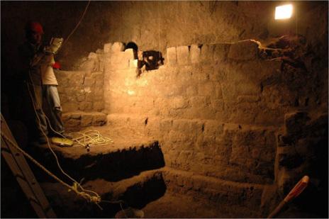 Muros localizados junto a la entrada del túnel, a 15 metros de...