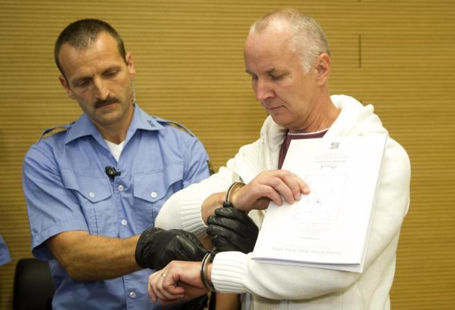 Detlef Guenzel junto a un policía en el juicio celebrado en Dresde.