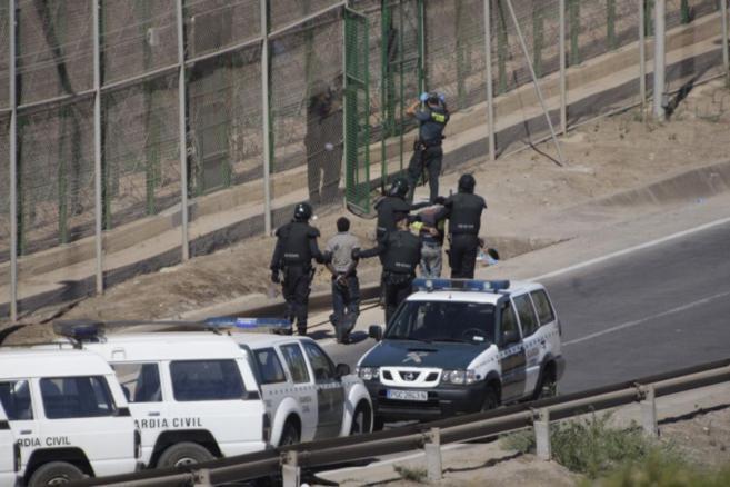Guardias civiles entregan a agentes marroquíes a dos inmigrantes que...