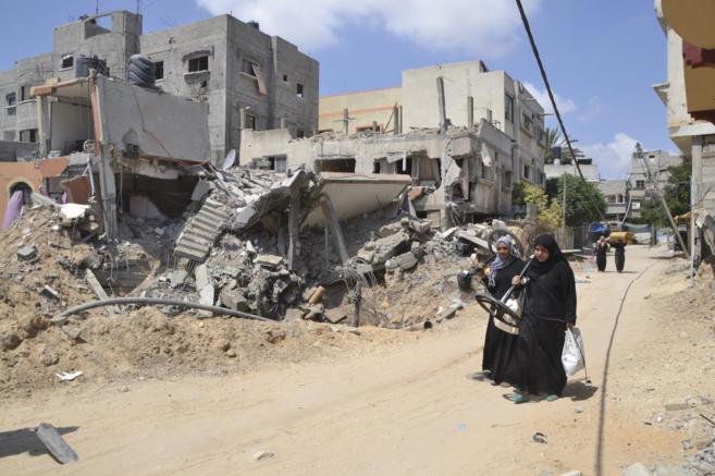 Dos mujeres, en las calles destruidas del barrio de Beit Hanoun, en...