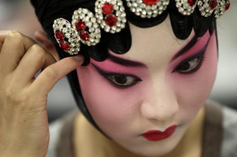 Una actriz se maquilla antes de salir al escenario.