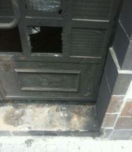 Estado en que quedó la puerta de la casa 'okupa' neonazi.