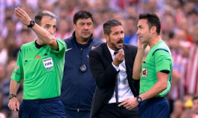 La colleja de Simeone al cuarto árbitro | Fútbol | EL MUNDO