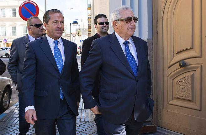 Imbroda llega al Ayuntamiento de Melilla, en febrero pasado, mientras...