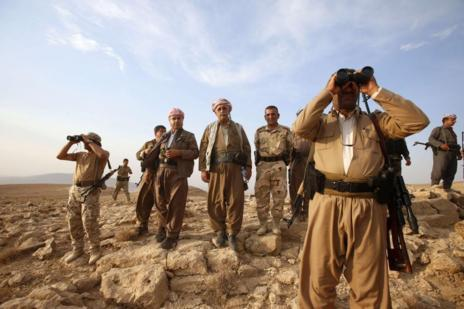 Comandantes 'peshmerga' del Kurdistán observan el frente de Majmur...