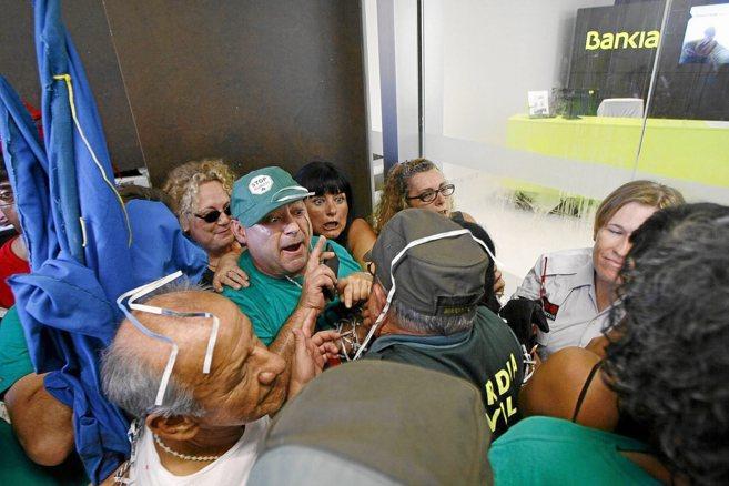 Altercados entre los activistas y los trabajadores de Bankia ayer en...