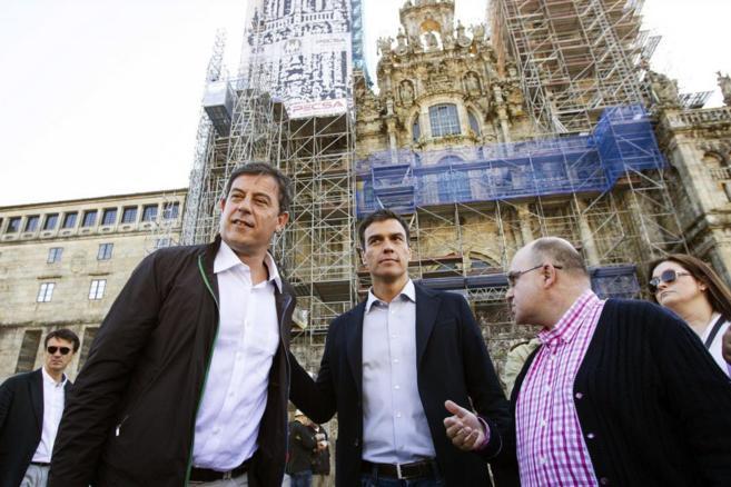 Pedro Sánchez (centro), visita el casco histórico de Santiago...