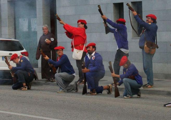 Los 'trabucaires' frente a la casa del concejal del PP en...