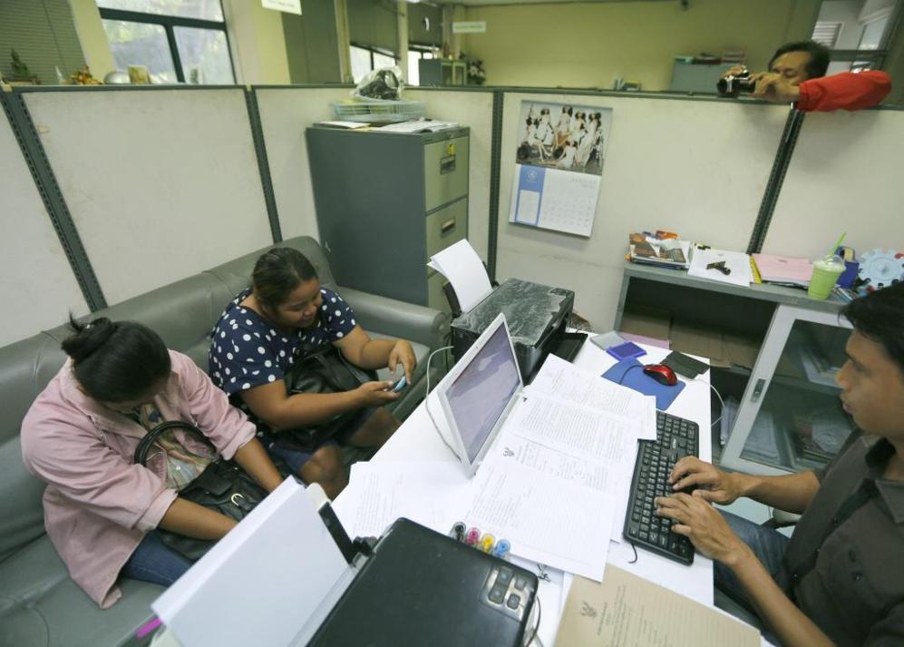 Dos madres de alquiler tailandesas son interrogadas por la policía.