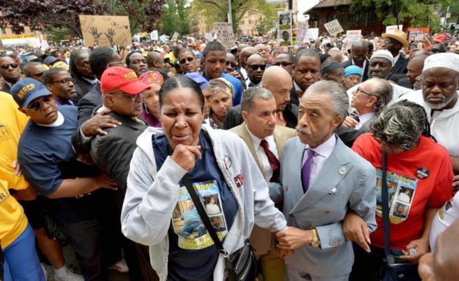 El reverendo Al Sharpton consuela a Esaw Garner  en la manifestación...