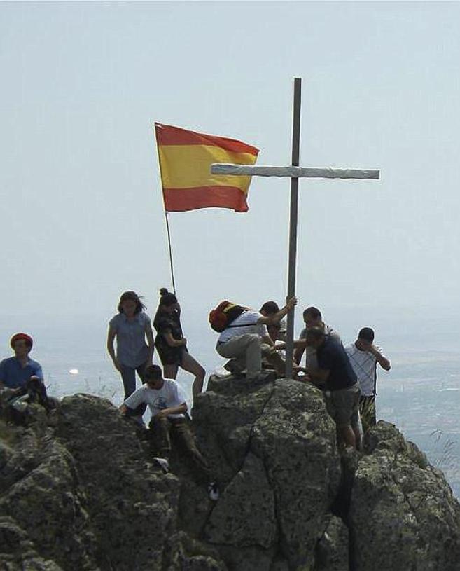 Miembros de Cruz de San Andrés colocan una cruz en la Sierra...