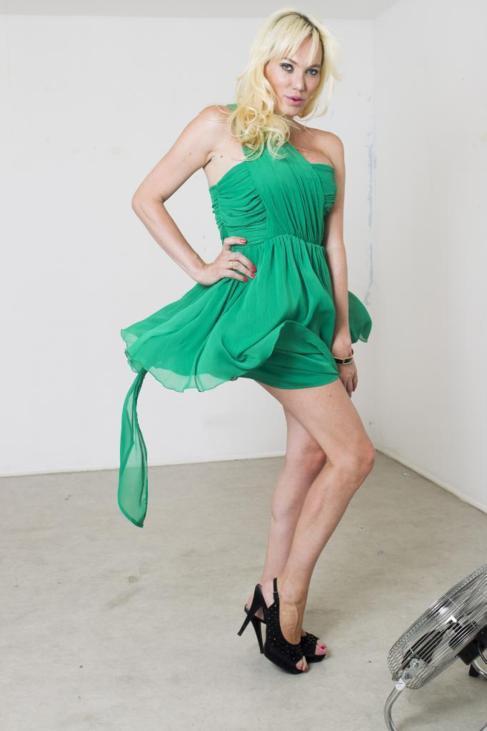 Topacio Fresh emula a Marilyn Monroe frente al ventilador.