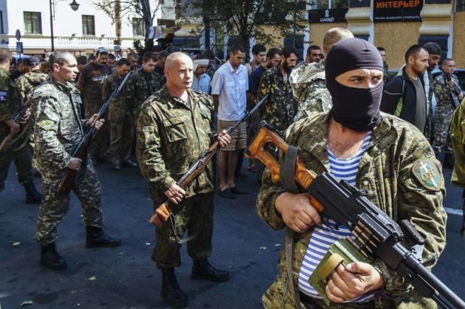 Los prorrusos, haciendo desfilar a los prisioneros en Donetsk...