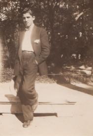 Rafael Rodríguez Rapún con 17 años en el Parque del Retiro.
