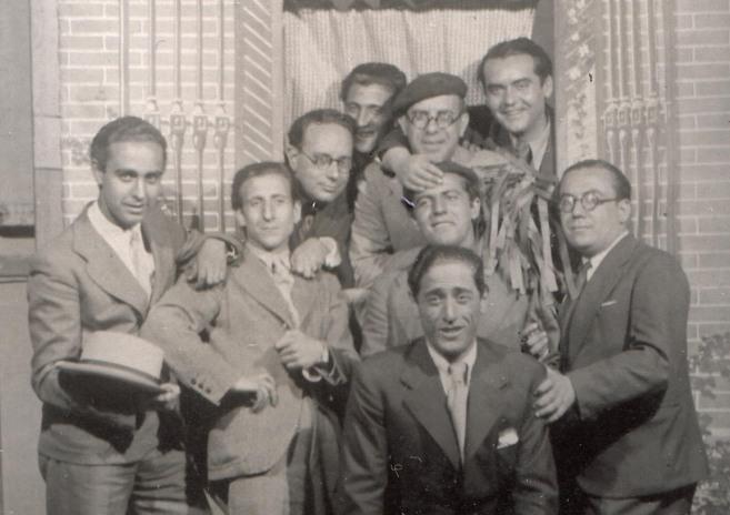 Última imagen que se conserva de Federico y Rafael (en el centro, con...