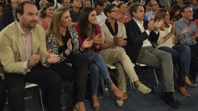 A la izquierda, el dirigente del PSOE-A José Fernández en un mitin...