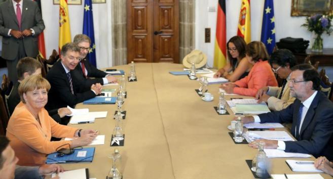 Rajoy y Merkel durante la reunión de trabajo en Santiago de...