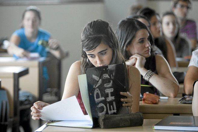 Una estudiante de la Universidad del País Vasco consulta sus apuntes...