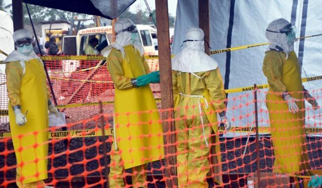 Personal médico con trajes de protección frente al ébola en...