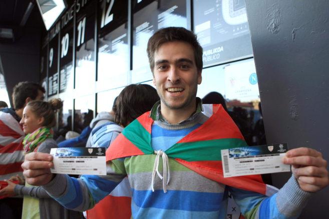 Un aficionado muestra las entradas adquiridas para el partido de. 113625647c212