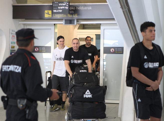 Los jugadores de la selección de Nueva Zelanda a su llegada al...