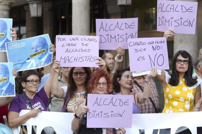 Un grupo de mujeres pide la dimisión del alcalde de Valladolid.