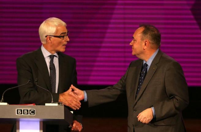 Alistair Darling estrecha la mano de Alex Salmond durante el debate...
