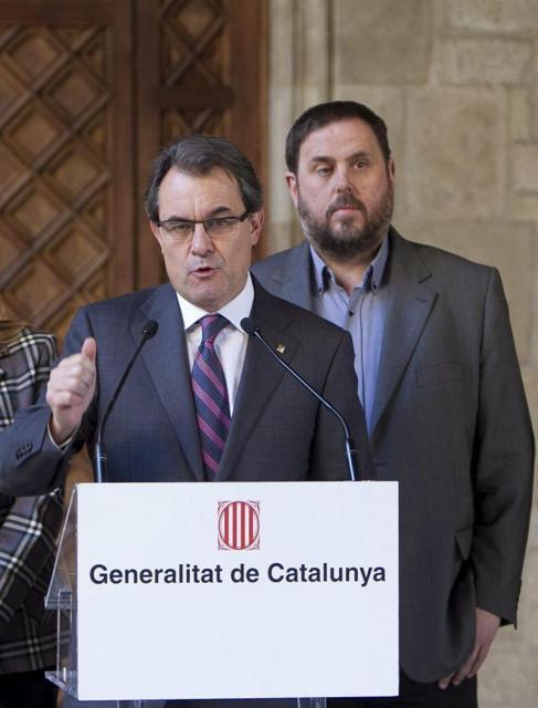Mas en el día del anuncio de la consulta, respaldado por Junqueras.