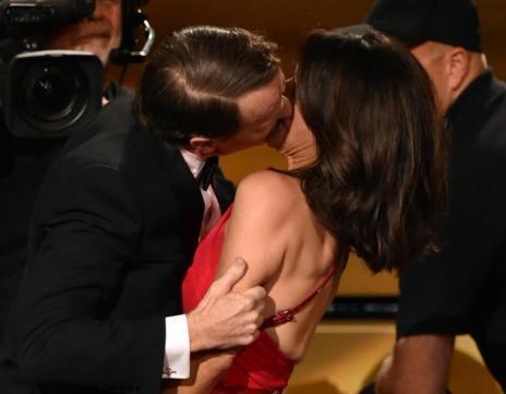 Bryan Cranston besando a Julia Louis-Dreyfus.