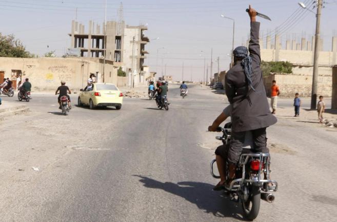 Imagen de miembros del IS celebrando la toma de una base militar cerca...