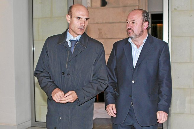 El concejal de Hacienda, Juan Seva, y el presidente del Lucentum, Luis...