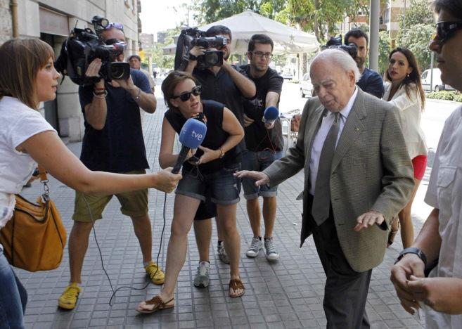 Jordi Pujol llegando, ayer, a su domicilio de Barcelona.