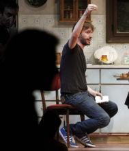 El director de 'Jugadores', Pau Miró, durante un ensayo